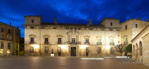 Palacio Hurtado de Mendoza y Monumento a Diego Láinez